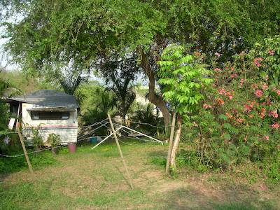 Abandoned_travel_trailer_in_sayulit